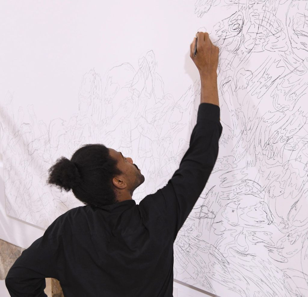 Jordan Madlon vor Fantômes picturaux (2021) im Kunstmuseum Reutlingen | Spendhaus 2021, Foto: Kunstmuseum Reutlingen © Jordan Madlon.